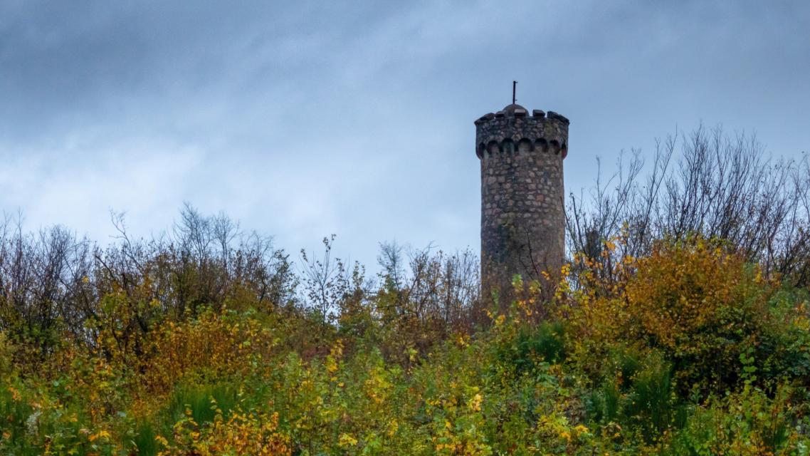 Der 15 m hohe Hirschkopfturm befindet sich auf dem 350 m hohen Berg Hirschkopf.