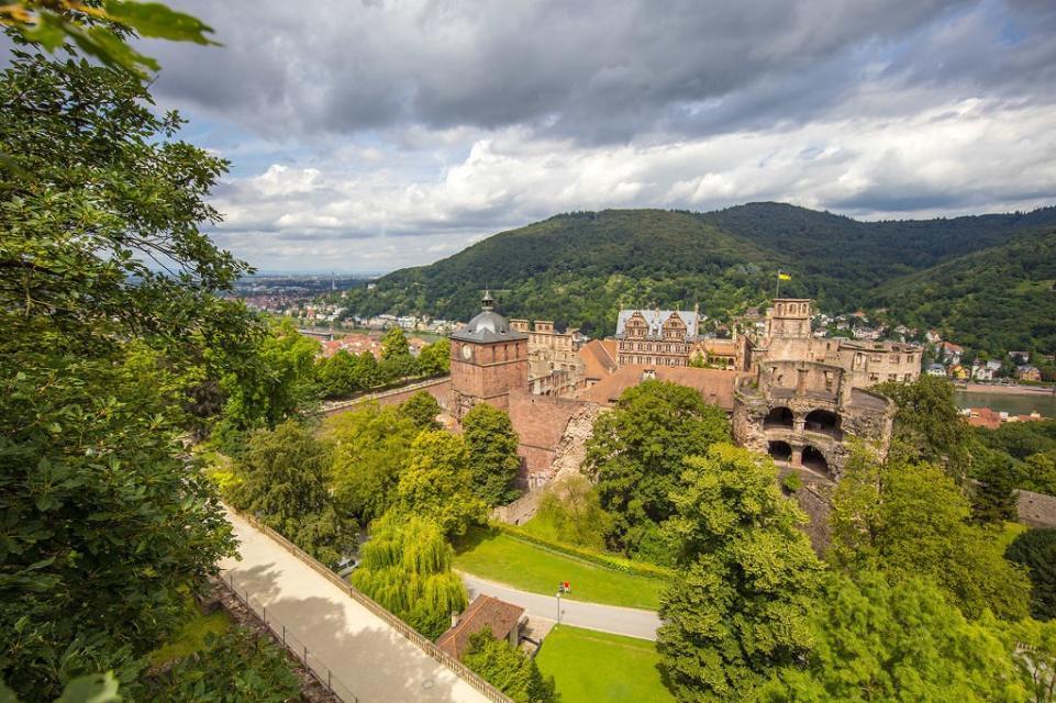 Blick zum Heidelberger Schloss mit dem Heiligenberg im Hintergrund