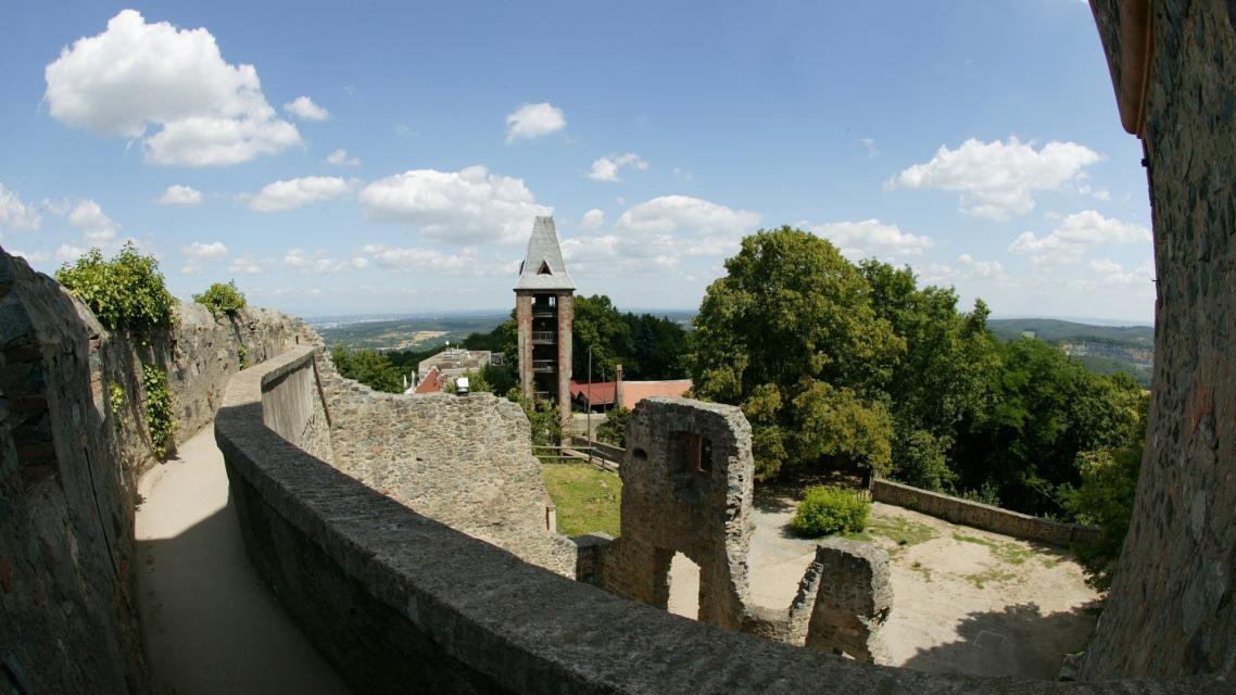 Kapelle der Burg Frankenstein mit Blick in die Rheinebene