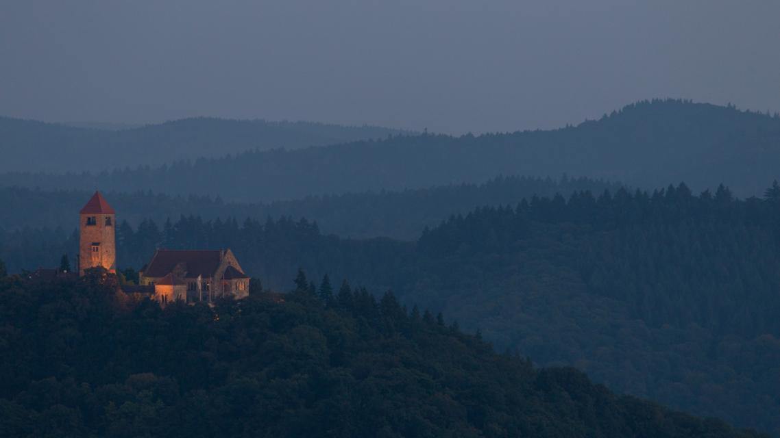 Idyllisch liegt die Wachenburg auf dem Burgenstein in Wäldern gebettet.
