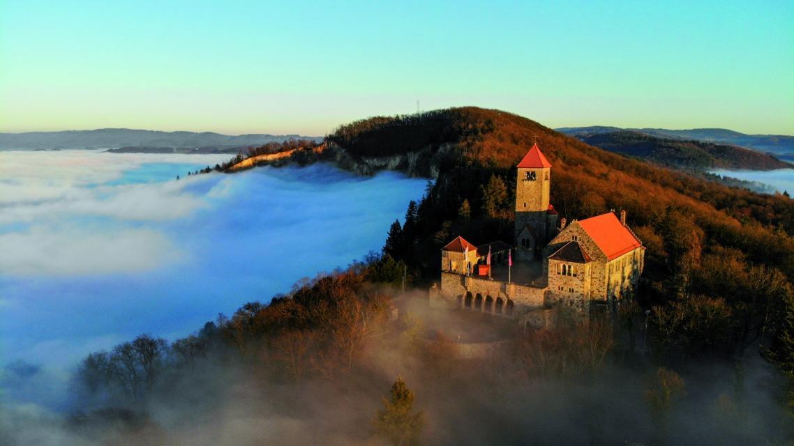 Stolz erhebt sich die Wachenburg über dem Nebel im Tal.