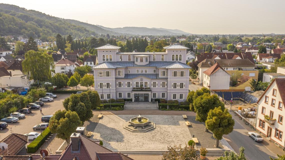 Das Schloss Rothschild, im mediterranen Stil, wird heute als Rathaus genutzt.