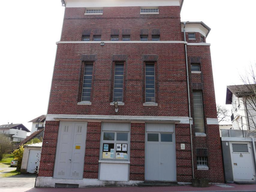 Außenansicht des HEAG-Turms mit der historischen Buchdruckerei