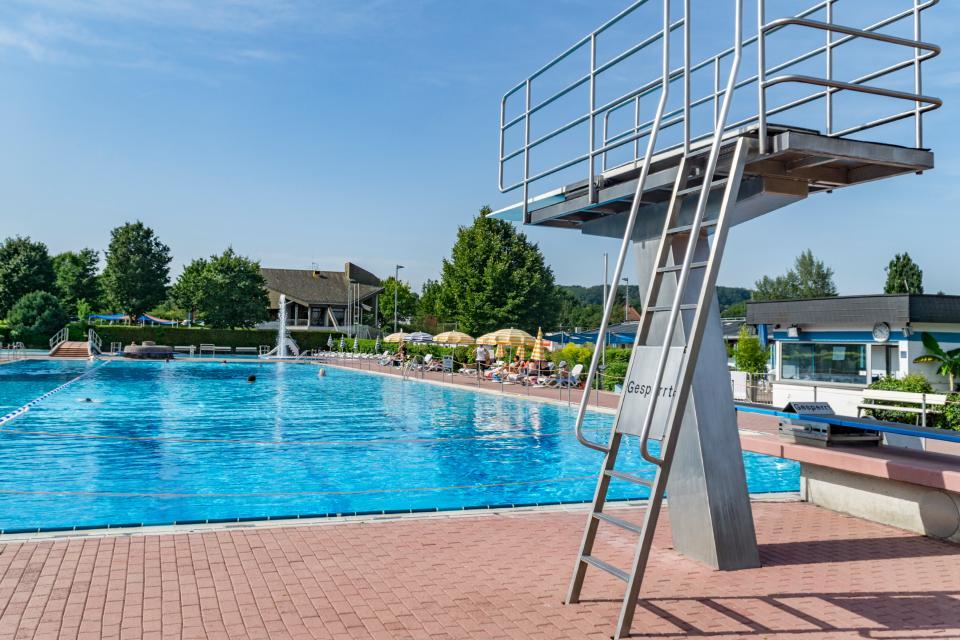 Das Freibad Roßdorf ist mit einem drei- und ein-Meter Sprungbrett ausgestattet.