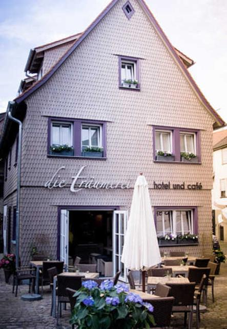 Das kleine Hotel mit Café befindet sich in der Michelstädter Innenstadt.
