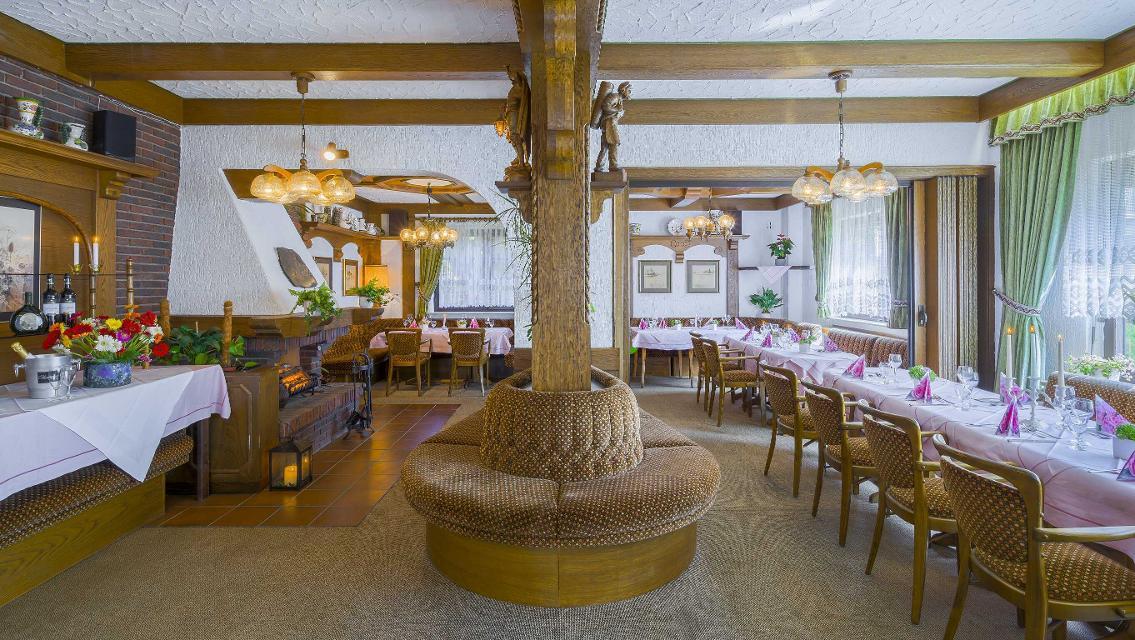 Restaurant mit Kamin undSitzrotunde