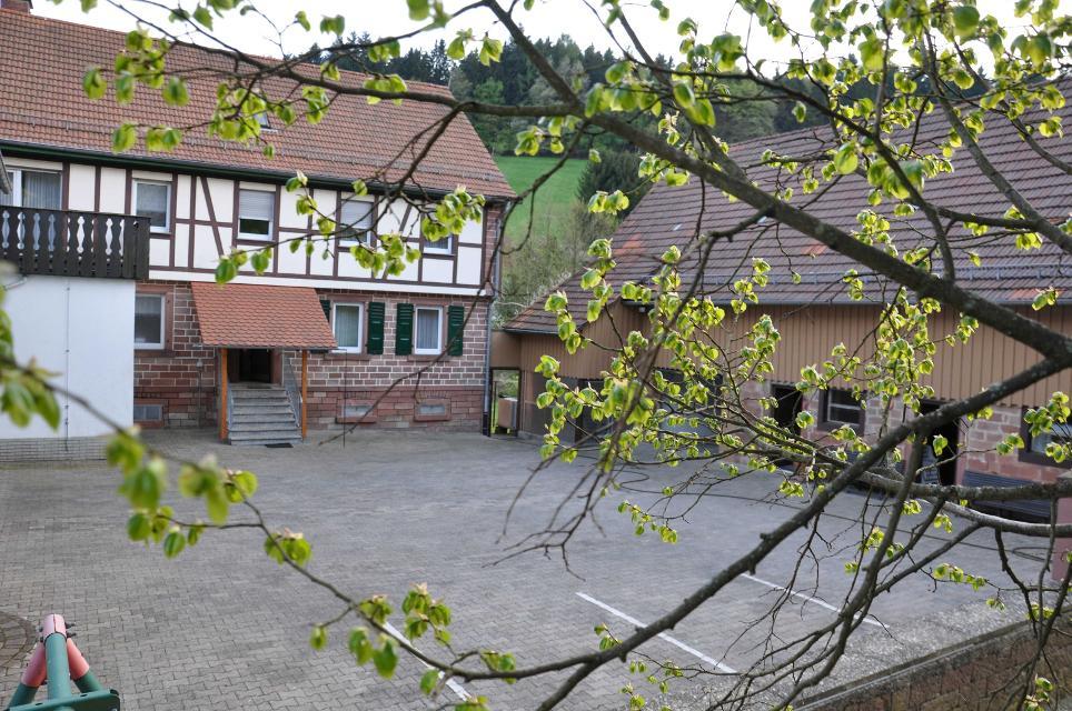 Gebäude und Hof