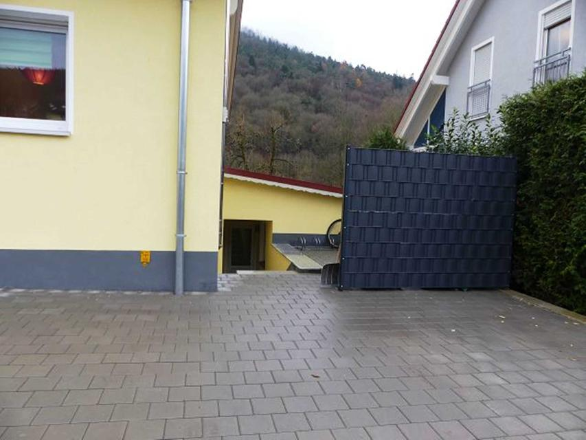 Parkplatz und Zugang zur Wohnung
