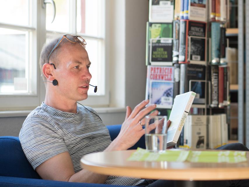 Der Bücherbahnhof lädt immer wieder Lesungen und anderen Veranstaltungen ein, hier mit Kinderbuchautor Dirk Pope.