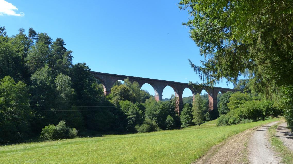 Das Himbächel-Viadukt überspannt das Tal als Zeugnis herausragender Ingenieurleistung in zehn imposanten Bögen.