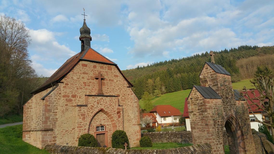 Einstmalig dreischiffige Quell- und Wallfahrtskirche aus dem 15. Jahrhundert.