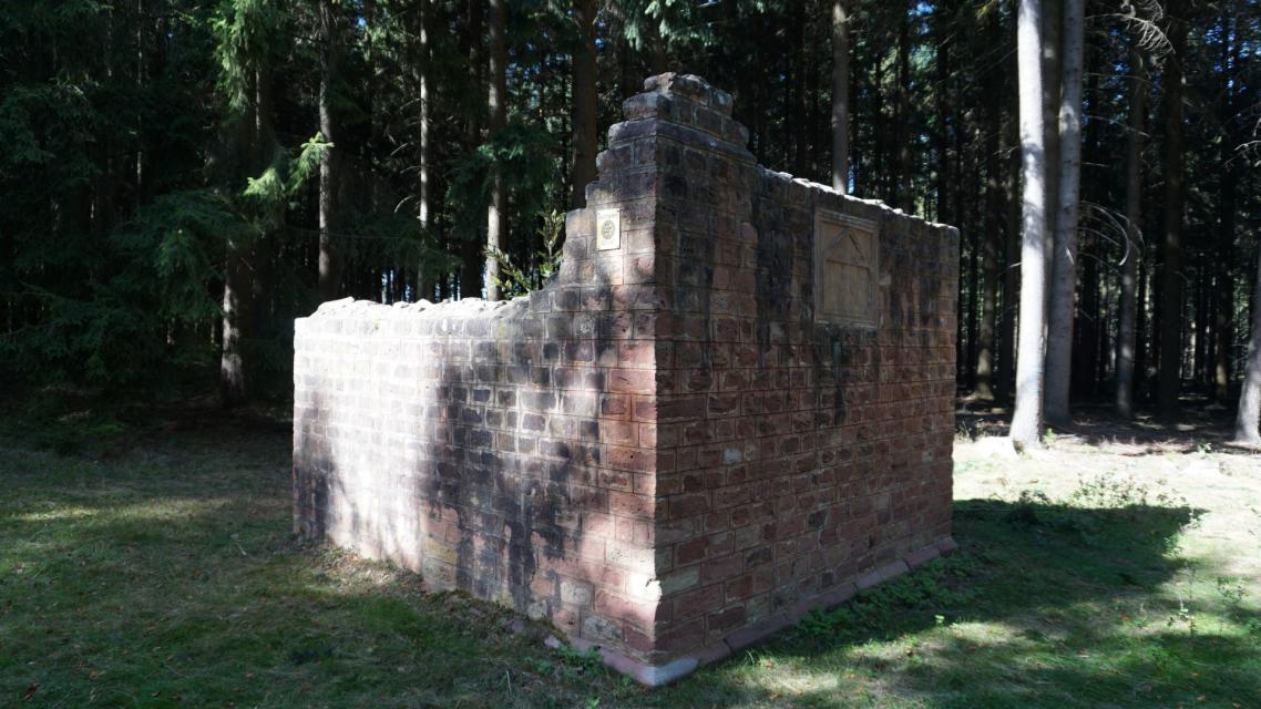Die restaurierten Mauersockel waren Teil des Odenwaldlimes, der von Wörth am Main bis Bad Wimpfen am Neckar führte.