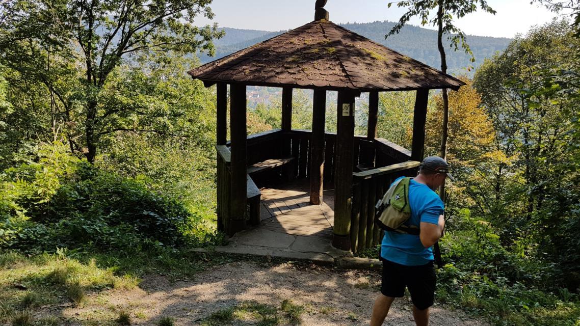 Herrlicher Ausblick auf den Dilsberg bietet die Gemsberghütte