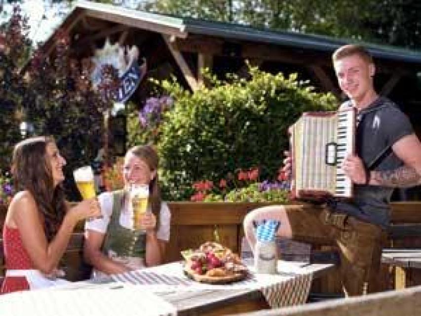 Zünftiger Biergarten im JOSKA Glasparadies