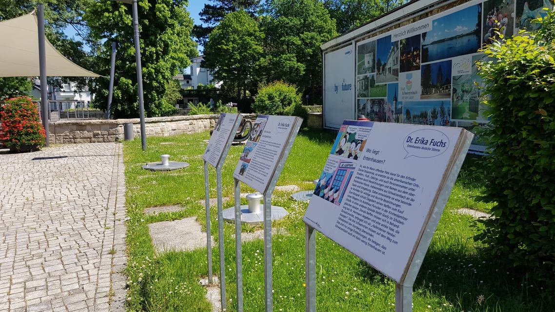 Auf dem Rathaushof informieren Tafeln über das Werk von Erika Fuchs