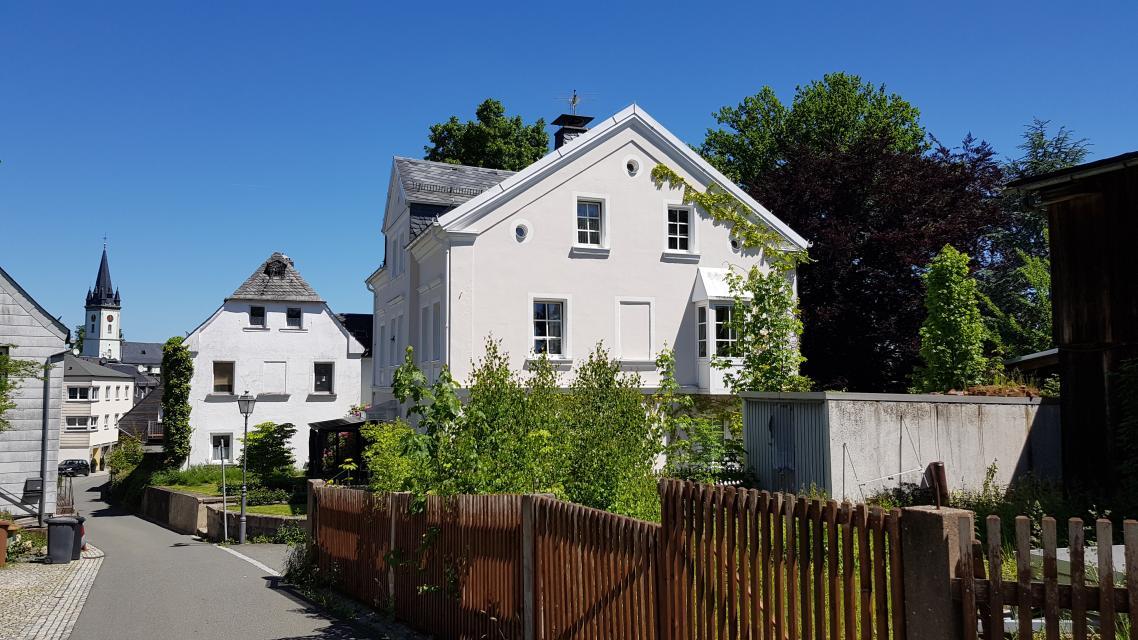 ehemaliges Wohnhaus der Familie Fuchs mit Gedenkplatte