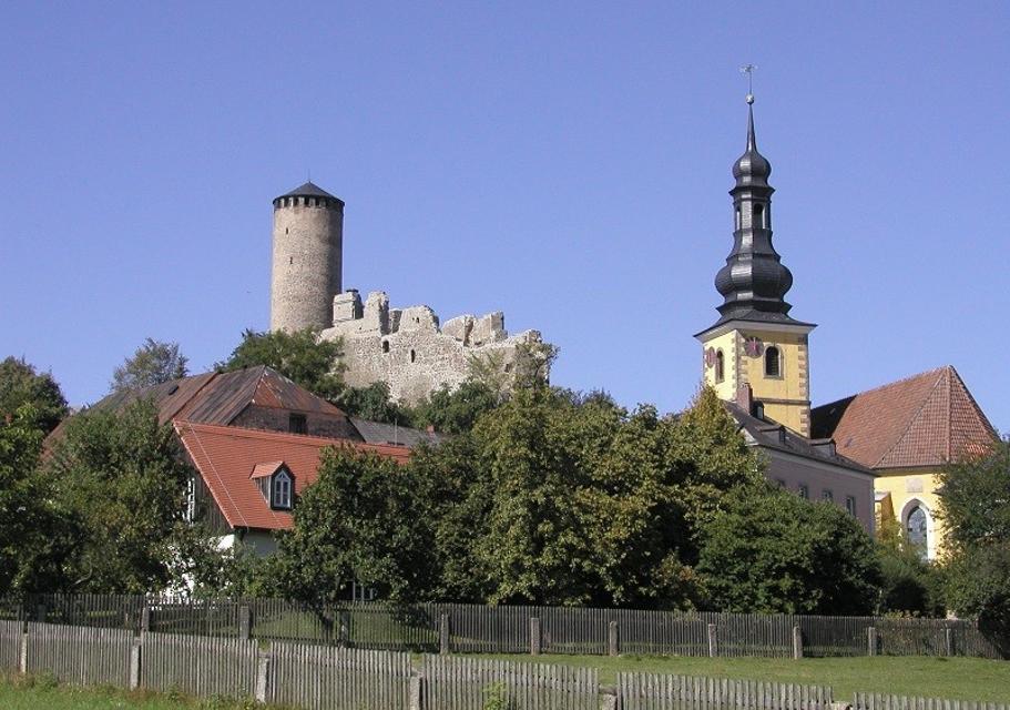 Blick auf die Ruine und die Kirche von Thierstein