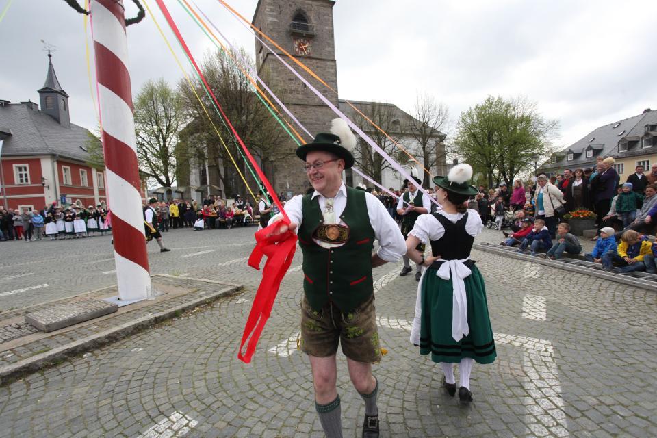Bändertanz zum Maibaumfest - Stadt Weißenstadt
