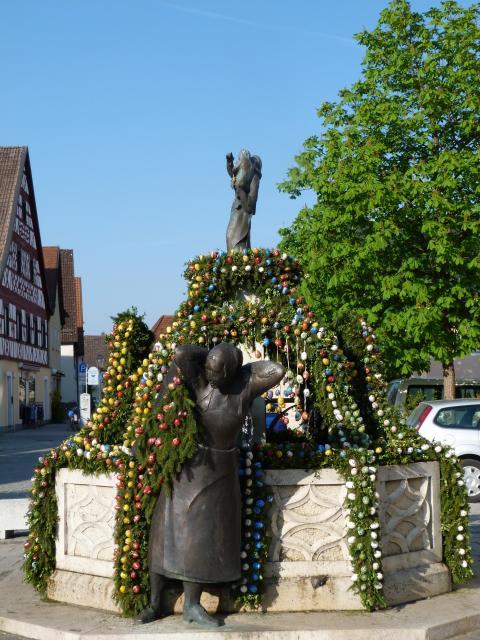 Osterbrunnenschmücken am Markt- und Kapellenplatz