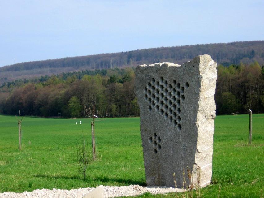"""Flurdenkmal Naisa: """"Der Bienenstein"""""""