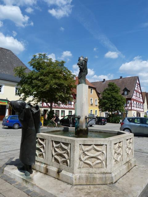 Marktplatz mit Fachwerkhäusern und Brunnen