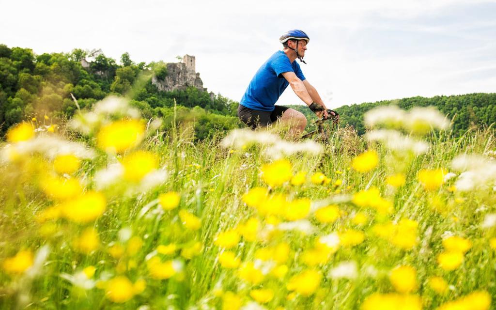 - Radfahren vor der Burgruine Neideck im Wiesenttal