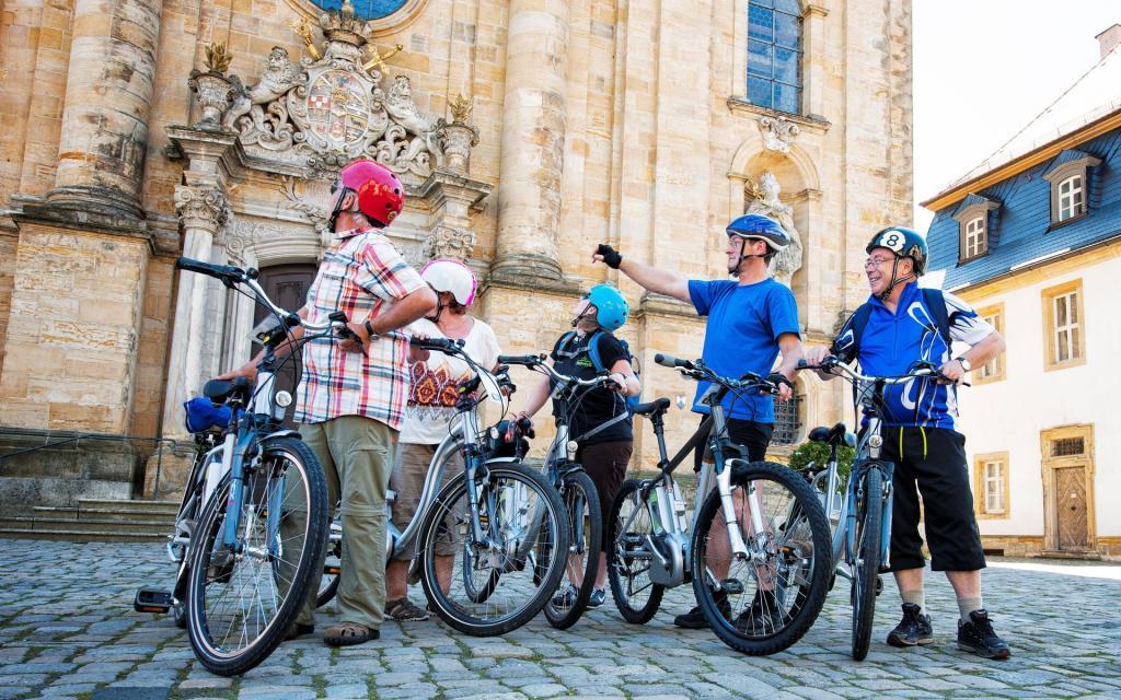 - Radfahrer vor der Basilika Gößweinstein