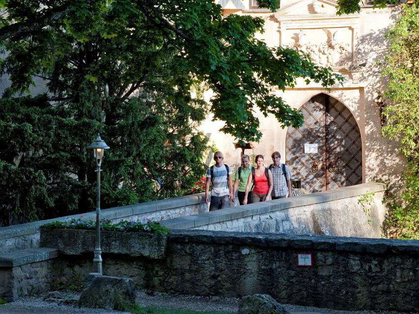Wanderer vor Burg Rabenstein