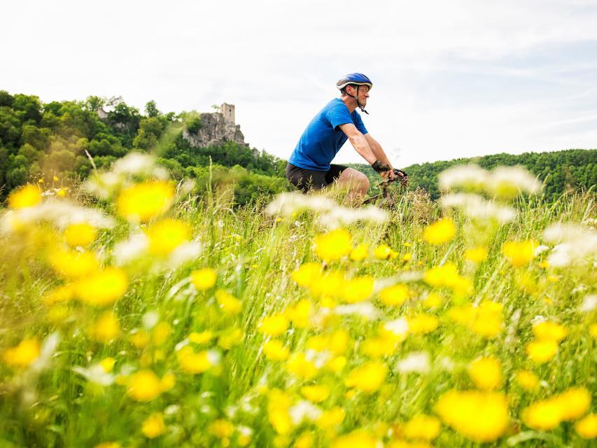 Radfahren vor der Burgruine Neideck im Wiesenttal