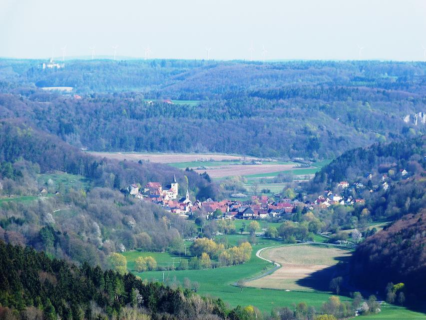 Blick ins Leinleitertal mit Unterleinleiter und auf Schloß Greifenstein