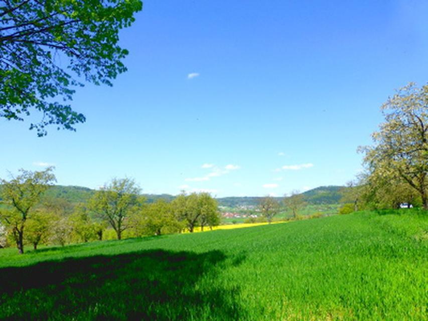 Fränkische Frühlingslandschaft mit Dorf