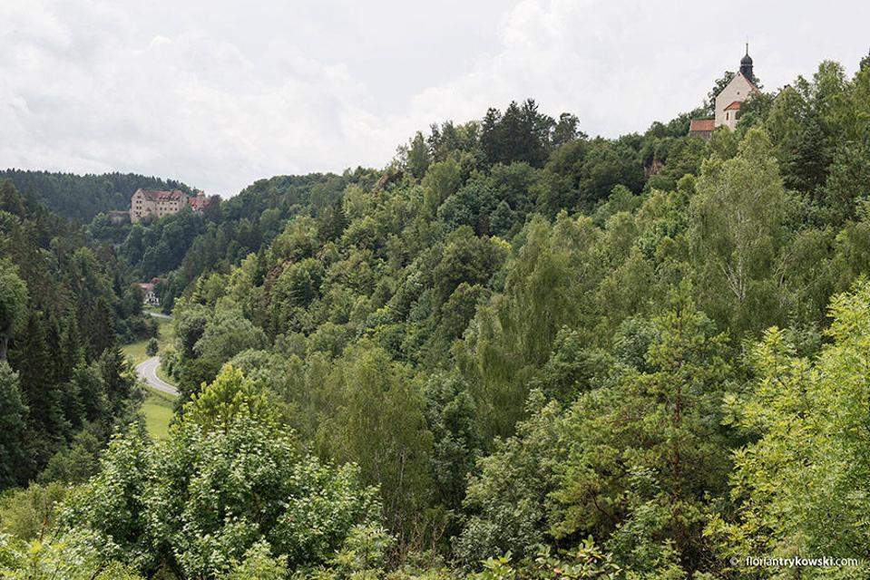 Blick auf die Klausteinkapelle und Burg Rabenstein