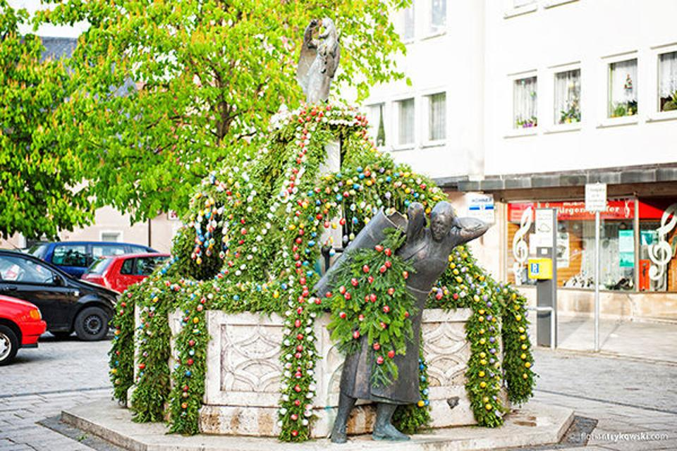 Osterbrunnen am Marktplatz in Ebermannstadt