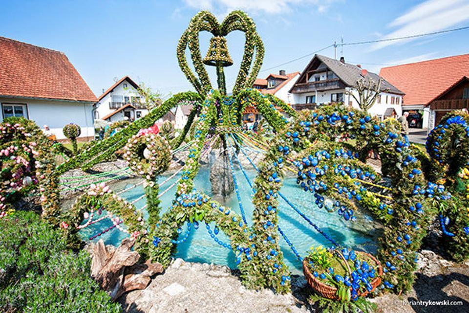 Der größten Osterbrunnen der Welt in Bieberbach