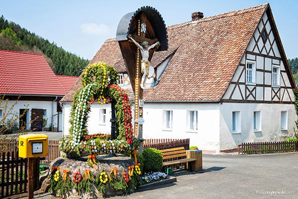Osterbrunnen in Unterailsfeld