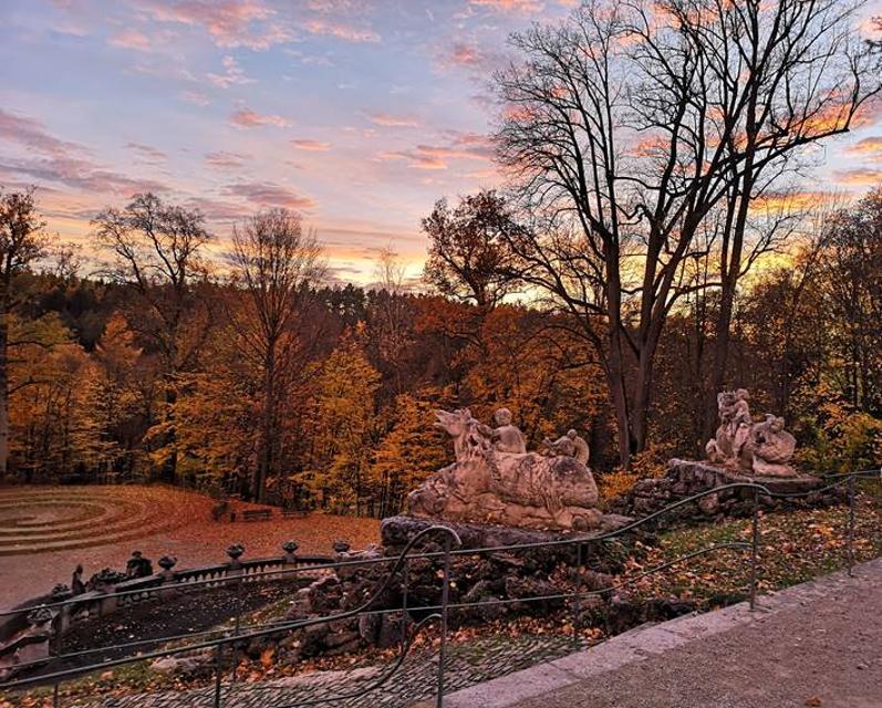 Herbststimmung an der Wasserkaskade im Schlosspark Fantaisie
