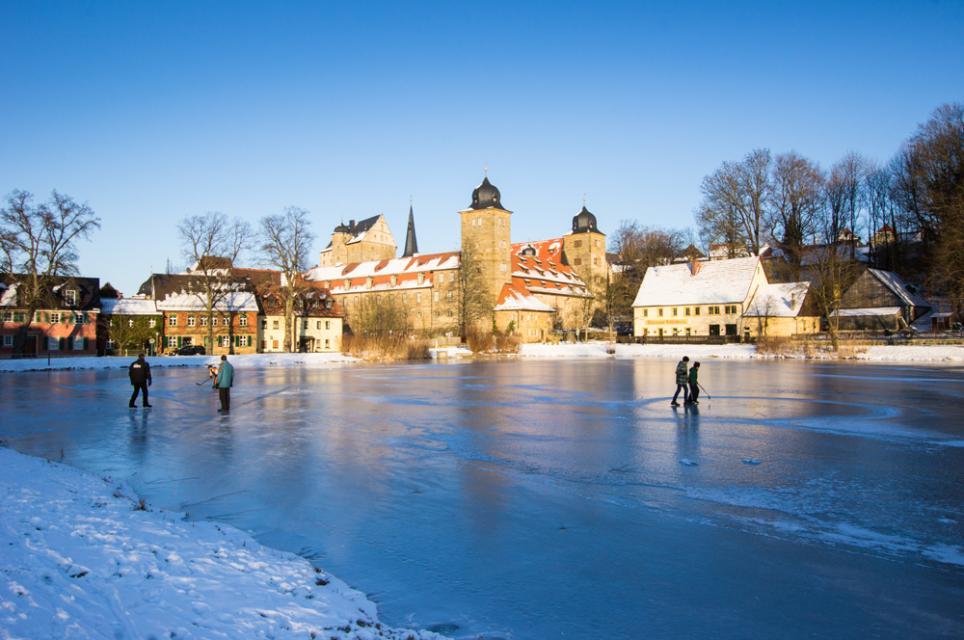 Zugefrorener See in Thurnau im Winter