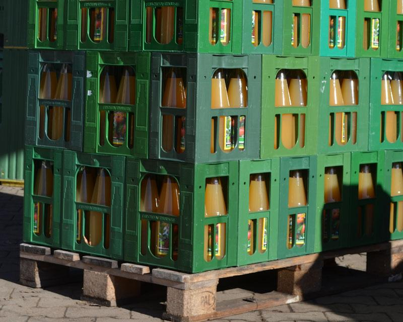 Der Bio-Apfelsaft ist in vielen regionalen Märkten erhältlich
