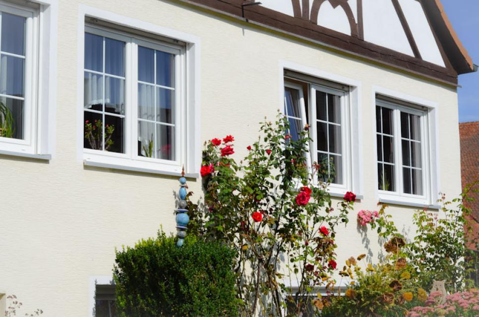 Schmuckes Fachwerk und ein blühender Vorgarten, so grüßt der Hof der Familie Singer