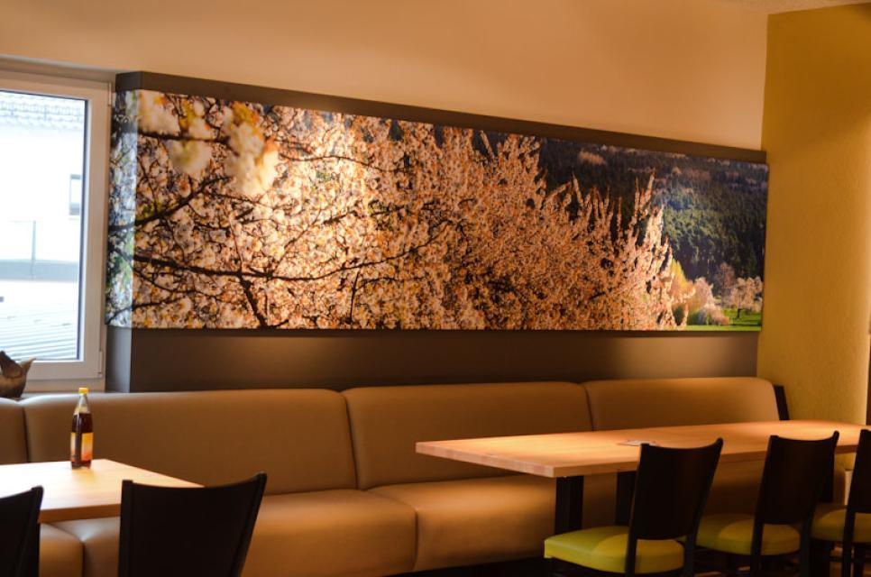 Die Wände der Probierstube zieren großformatige Fotos