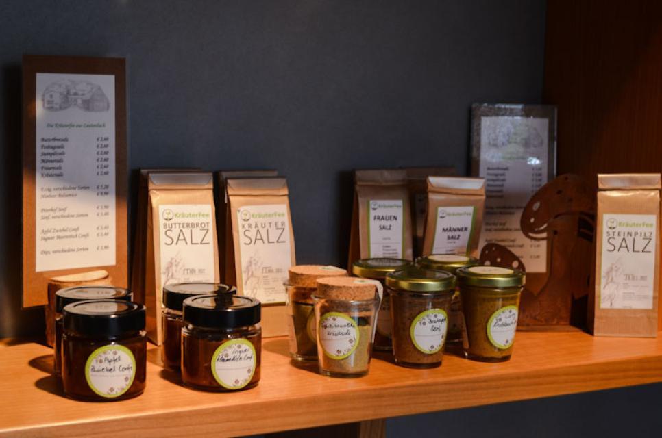 Im Hofladen vom Peterhof gibt es auch Kräuterprodukte von der Kräuterfee aus Ortsspitz