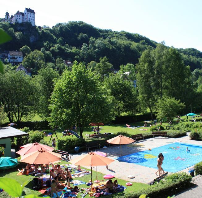 Freibad, Kinderbecken mit Blich auf die Burg