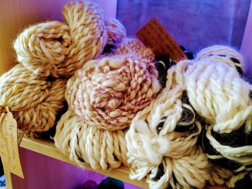 Von Hand versponnene Wolle