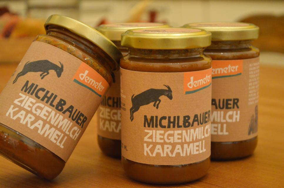 Aus der Ziegenmilch stellt Schirin Oeding nach einem eigenen Rezept köstliches Ziegenmilchkaramell her. Es wurde als Bayerns bestes Bioprodukt 2020 ausgezeichnet.