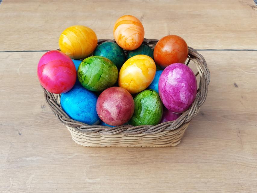Von Januar bis April gibt es im Hofladen die Eier auch gefärbt