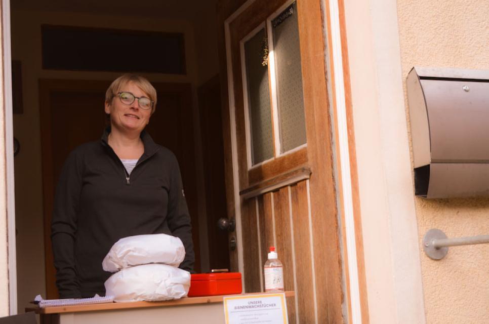 Ehefrau Simone Richter hilft ihrem Mann beim Brotbacken