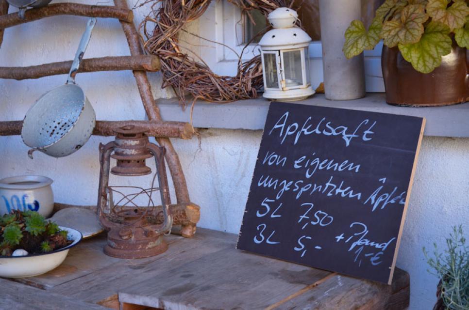 Im kleinen Hofladen gibt es auch Apfelsaft und Brände aus biologisch angebautem Obst