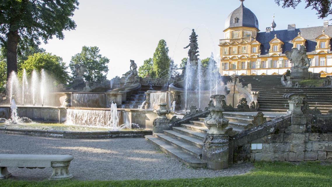 Schloss Seehof mit Wasserspielen.