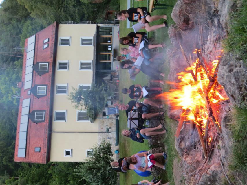 Lagerfeueridylle vor dem Kreativzentrum Sachsenmühle