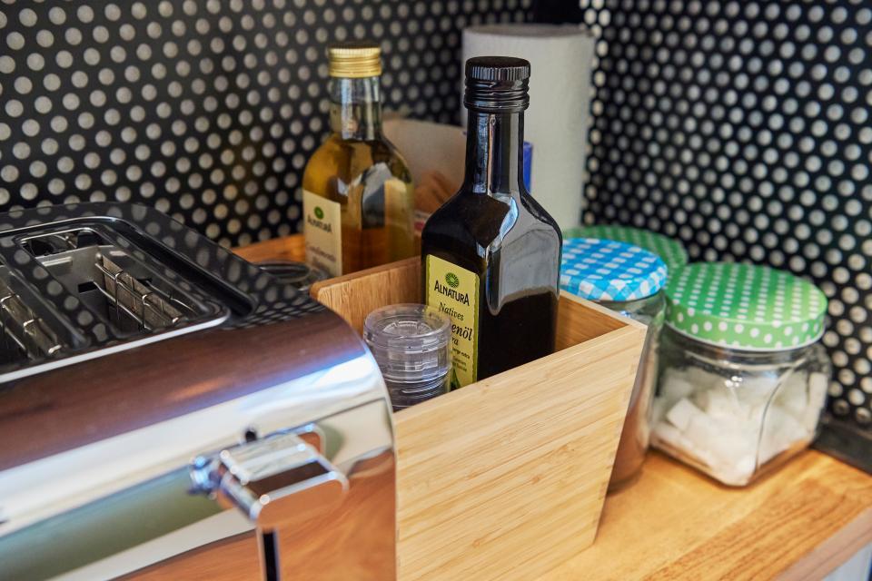 Die Grundausstattung der Küche: Salz und Pfeffer, Essig und Öl, Zucker, Kaffee, Tee